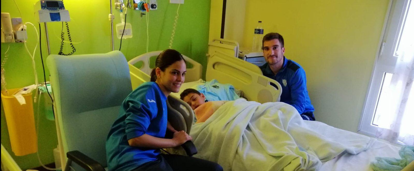Los jugadores del CD El Ejido visitan a los pequeños en el Hospital de Poniente