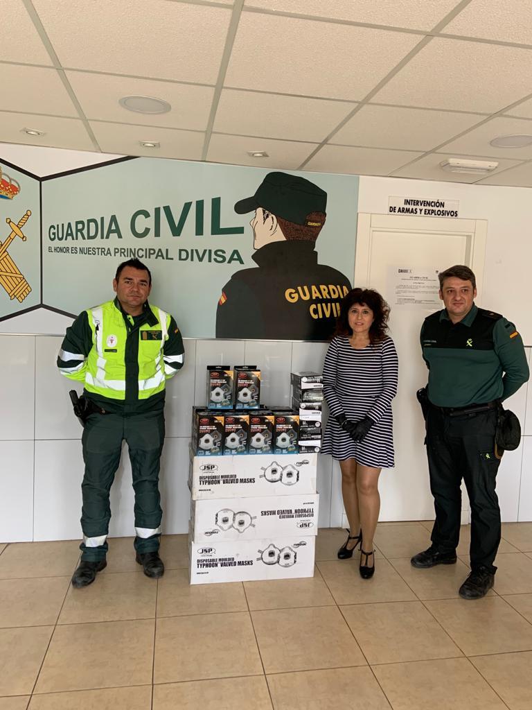 Herrajes del Poniente entrega una importante cantidad de mascarillas a la Guardia Civil